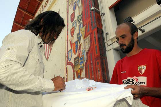 Javi Navarro llegaba al estadio firmando camisetas a sus seguidores.  Foto: Manuel Gómez