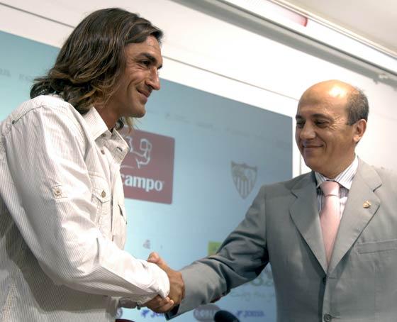 José María del Nido saluda a Javi Navarro en la sala de prensa del estadio.  Foto: Manuel Gómez