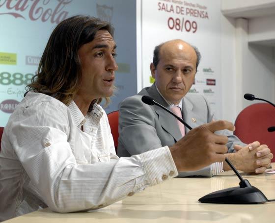 Del Nido observa atento al ya ex jugador sevillista mientras ofrece su última rueda de prensa.  Foto: Manuel Gómez