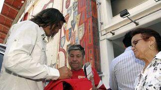 La afición se volcaba con el capitán sevillista en el día de su despedida en rueda de prensa.  Foto: Manuel Gómez
