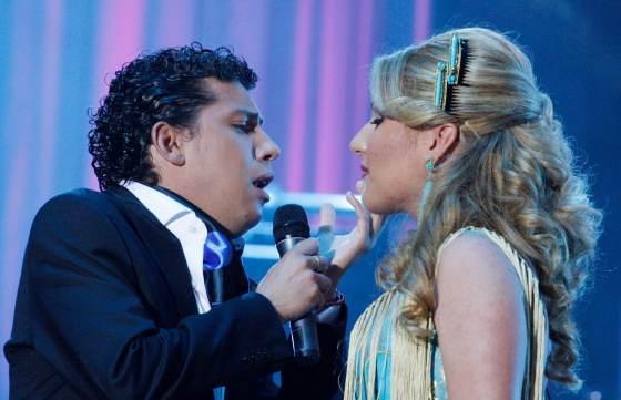 Antonio Cortés canta a Laura Gallego mirándole a los ojos.  Foto: Victoria Hidalgo