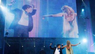 Laura Gallego y Antonio Cortés bailan en el escenario durante el concierto de 'Se llama copla' en el Estadio de la Cartuja.  Foto: Victoria Hidalgo
