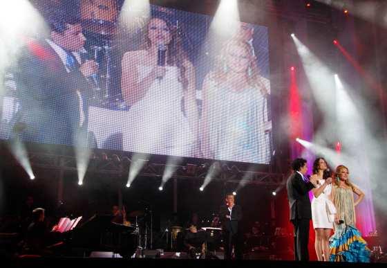 Eva González conversa con Antonio Cortés y Laura Gallego durante el concierto.  Foto: Victoria Hidalgo