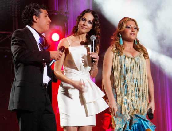 Eva González, presentadora del concurso, charla con Antonio y Laura.  Foto: Victoria Hidalgo