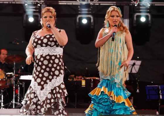 Laura Gallego canta junto con Rosa Marín.  Foto: Victoria Hidalgo