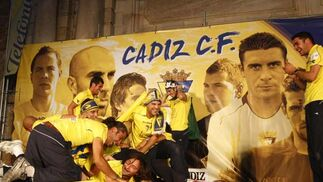 Miles de aficionados acompañaron al equipo en su recorrido por la capital, que terminó en la Puerta de Tierra con una gran fiesta  Foto: Lourdes de Vicente y Jose Braza