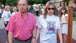 Antonio y Eva salen de casa agarrados de la mano, ella con una camiseta de su hija.  Foto: Juan Carlos Muñoz/ EFE