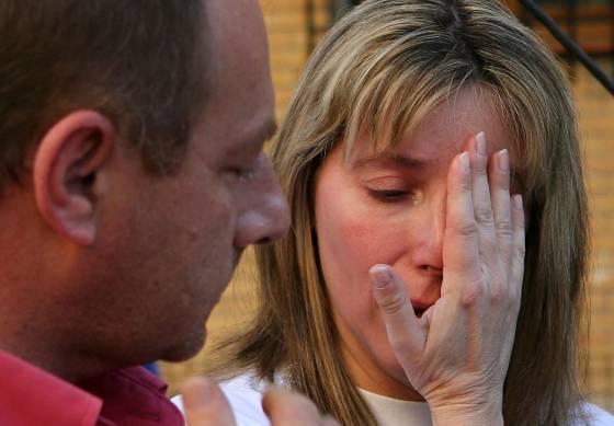 Eva Casanueva desconsolada se seca las lágrimas ante la mirada de su marido.  Foto: Juan Carlos Muñoz/ EFE