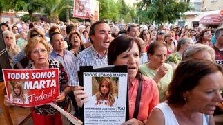 Cientos de personas se concentraron en los alrededores de la casa de Marta.  Foto: Juan Carlos Muñoz/ EFE