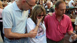 Javier Casanueva apoya a su hermana visiblemente afectada quien se agarra a su marido, Antonio.  Foto: Juan Carlos Muñoz/ EFE