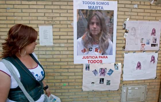 Una joven observa atenta los carteles que las hermanas de Marta hicieron con motivo de su desaparición.  Foto: Juan Carlos Mu?/ EFE
