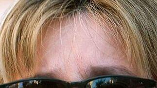 La madre de Marta no puede disimular su dolor a pesar de llevar las gafas de sol.  Foto: Juan Carlos Muñoz/ EFE