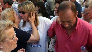 Los padres de Marta reciben el cariño de los vecinos.  Foto: Juan Carlos Muñoz/ EFE