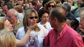 La madre de Marta con la imagen de su hija impresa en una camiseta.  Foto: Juan Carlos Muñoz/ EFE