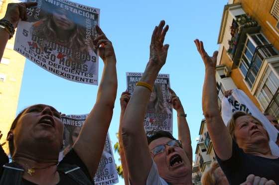 Los vecinos portaban numerosos carteles de la joven informando de la concentración que tendrá lugar el próximo 5 de junio en la Plaza Nueva.  Foto: Juan Carlos Muñoz/ EFE