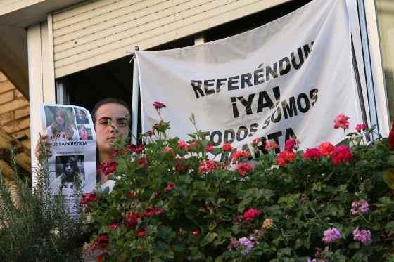 Los vecinos de la joven reclaman un referéndum con banderas en los balcones.  Foto: Juan Carlos Muñoz/ EFE
