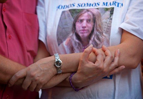 Los padres de la joven muestran su apoyo mutuamente con los brazos entrelazados.  Foto: Juan Carlos Muñoz/ EFE