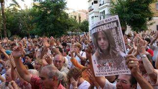 Los concentrados piden al unísono justicia.  Foto: Juan Carlos Muñoz/ EFE