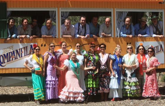 El animado grupo del bodeguero José Ramón Estévez con los del Río y la cantante María José Santiago.   Foto: Juan Carlos Toro
