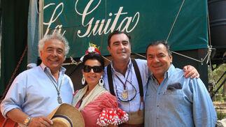 Los del Río y María José Santiago con el bodeguero José Ramón Estévez.  Foto: Juan Carlos Toro