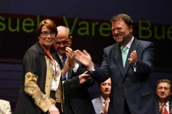 La investigadora del CSIC, Consuelo Varela, agarra el brazo del alcalde.  Foto: Juan Carlos Muñoz