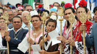 La plaza de Doñana estuvo repleta de fieles que asistieron durante más de dos horas a la Eucarístía que da paso al rosario de las antorchas y a la salto de la reja.     Foto: Josue Correa y Espinola