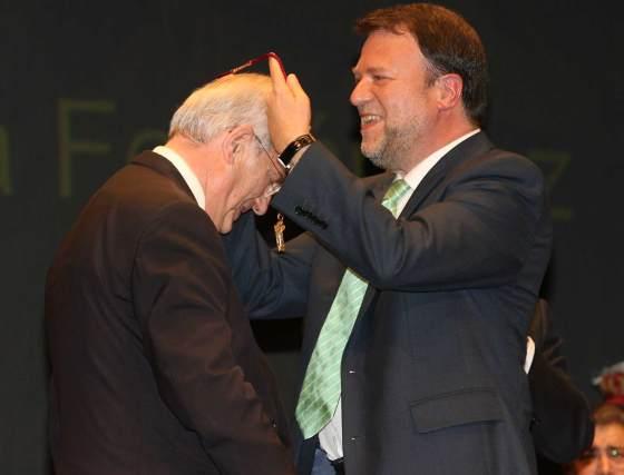 Luis Uruñuela recibe la medalla de la mano del alcalde.  Foto: Juan Carlos Muñoz