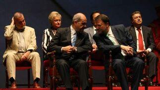 Manuel Chaves conversa con Monteseirín.  Foto: Juan Carlos Muñoz