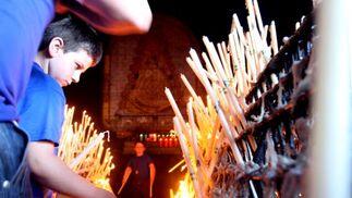 Miles de velas arden en el lateral de la ermita en honor a la Patrona almonteña.  Foto: Josue Correa y Espinola