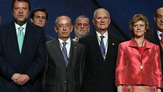 Monteseirín posa con los tres alcaldes de la democracia, Luis Uruñuela, Manuel de Valle y Soledad Becerril.  Foto: Juan Carlos Muñoz