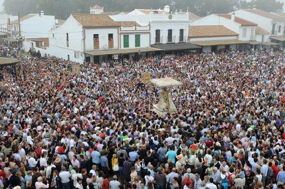 Multitudinaria peregrinación romera a la aldea almonteña.  Foto: AFP