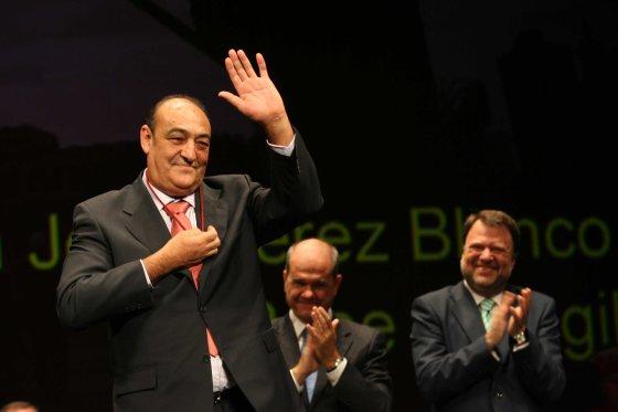 Pepe Peregil saluda al público sujetando su medalla.  Foto: Juan Carlos Muñoz