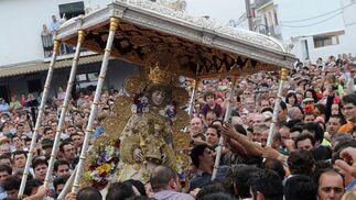 La Reina de la Marisma se funde con su pueblo.  Foto: AFP