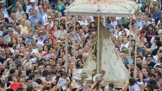 El repique de las campanas del Santuario anunciaba que la Virgen del Rocío llegaba de nuevo a su casa.  Foto: AFP