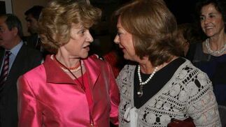 Soledad Becerril comenta con las invitadas.  Foto: Juan Carlos Muñoz