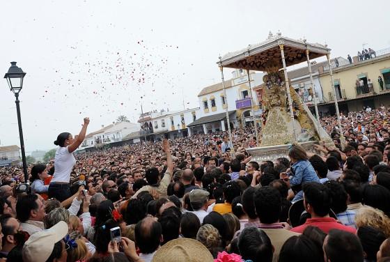 La Virgen recibió una petalada de rosas de manos de los peregrinos y desde los balcones de la casa de la Hermandad de la Matriz.  Foto: AFP