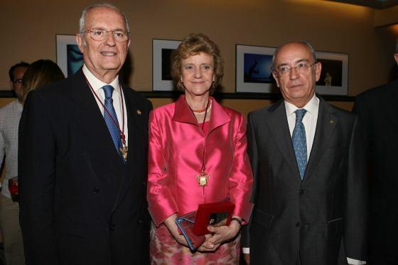 Los tres alcaldes tras recibir las medallas.  Foto: Juan Carlos Muñoz