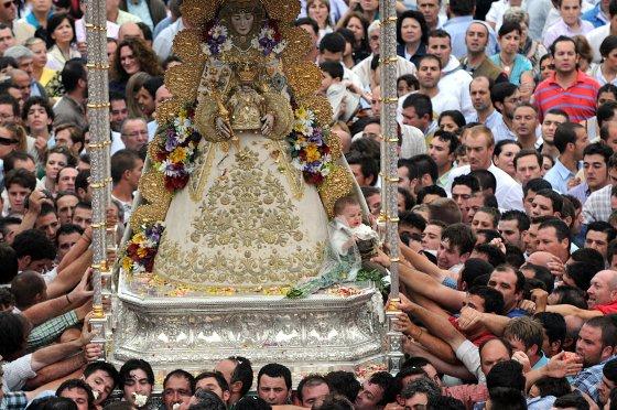 El fervor rociero se apoderó de los romeros, que quisieron venerar a la Virgen del Rocío un año más.  Foto: AFP