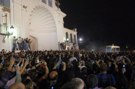 Los romeros rindieron su particular homenaje a la patrona de Almonte.  Foto: AFP