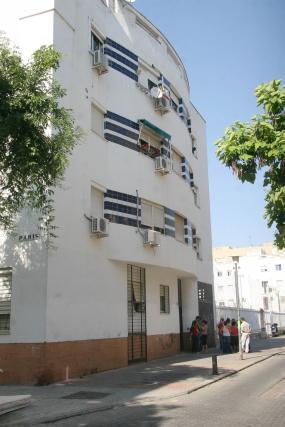 Aspecto general del bloque de la calle Burdeos.  Foto: Bel?Vargas, Jaime Mart?z
