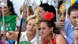 Cinta Castillo, consejera de Medio ambiente de la Junta, conversa con Petronila Guerrero, presidenta de la Diputación de Huelva.  Foto: Caras conocidas ante la ermita