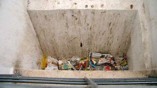 Cualquier espacio del edificio sirve de un basurero improvisado.  Foto: Belén Vargas, Jaime Martínez