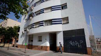Fallada exterior de las viviendas sociales de Los Bermejales.  Foto: Belén Vargas, Jaime Martínez