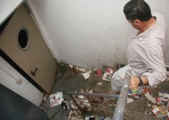 Inmundicias en las escaleras de acceso al garaje, refugio de 'yonkis'.  Foto: Belén Vargas, Jaime Martínez
