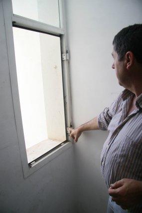 Sólo se conservan los marcos de las ventanas, los cristales desaparecieron.  Foto: Belén Vargas, Jaime Martínez