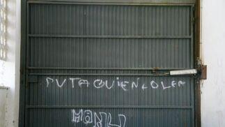 El garaje lleva abandonado dos años al romperse el motor de la puerta.  Foto: Belén Vargas, Jaime Martínez