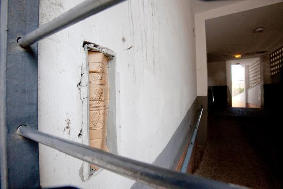 El porterillo arrancado a la entrada del bloque.  Foto: Belén Vargas, Jaime Martínez