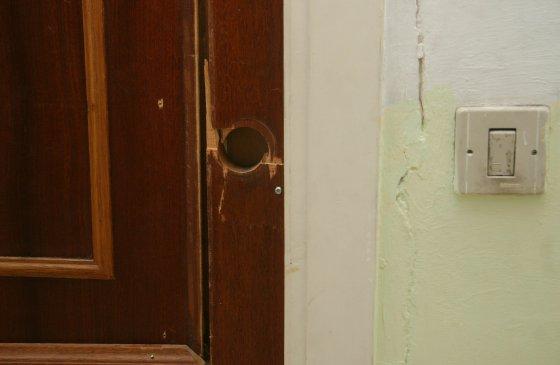 Una puerta de una casa particular sin cerradura.  Foto: Belén Vargas, Jaime Martínez