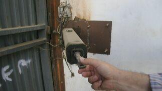 El motor de la puerta destrozada.  Foto: Belén Vargas, Jaime Martínez