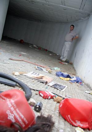 La basura se concentra en la entrada al garaje.  Foto: Belén Vargas, Jaime Martínez